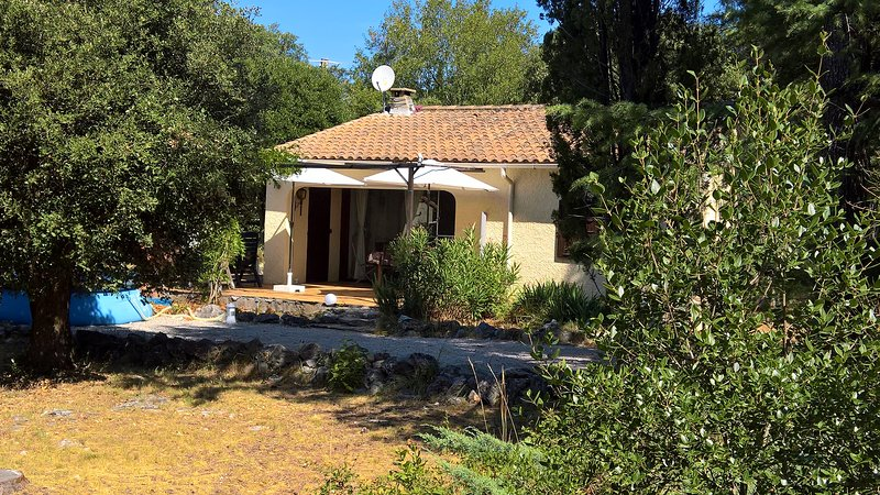 Vrijstaande Vacantie woning op ca 1000m2 eigen terrein, holiday rental in Mejannes-le-Clap