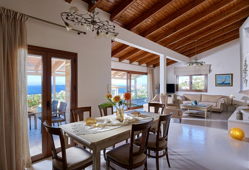 Spacious villa with shared pool and amazing view, vacation rental in Agia Pelagia