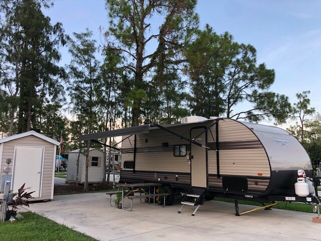 Relaxing clean RV in safe affordable park with pool peaceful getaway in Naples, vacation rental in Golden Gate