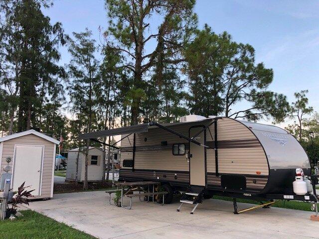 Cozy quiet clean sanitized camper in safe neighborhood next to Everglades. Great getaway!