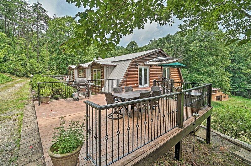 Outdoorsman's Retreat: Log Cabin w/ Mountain Views, location de vacances à Cherrylog