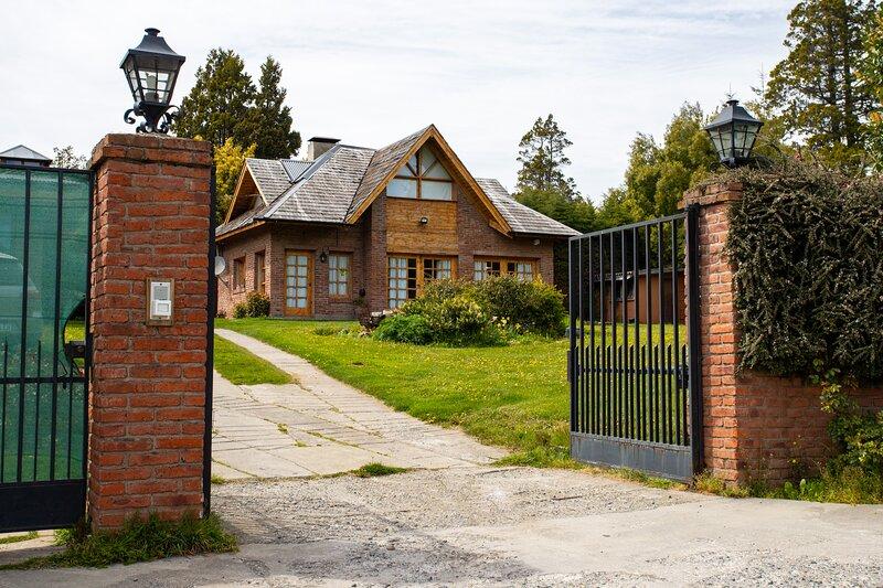 CASA FAMILIAR  A POCOS MINUTOS DEL CENTRO DE BARILOCHE, aluguéis de temporada em Villa Campanario