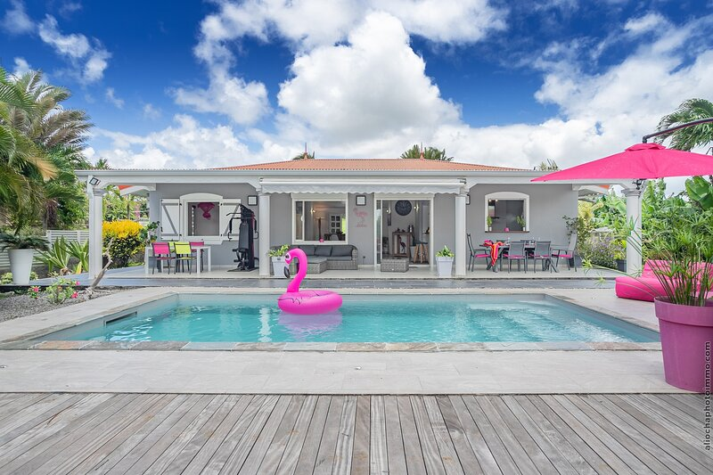 Soupcon de paradis, villa standing piscine privé, 4 à 6 pers, holiday rental in Arrondissement of Fort-de-France