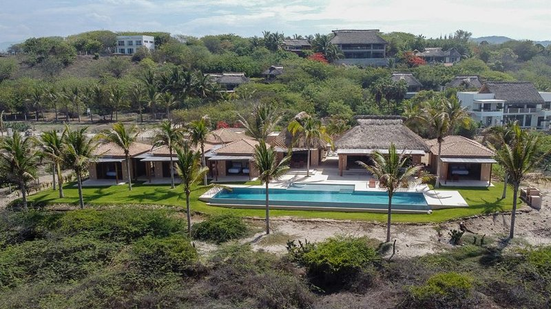 Casa Constantia, Amazing boutique hotel on 54 meters of Pacific beachfront, vacation rental in Puerto Escondido