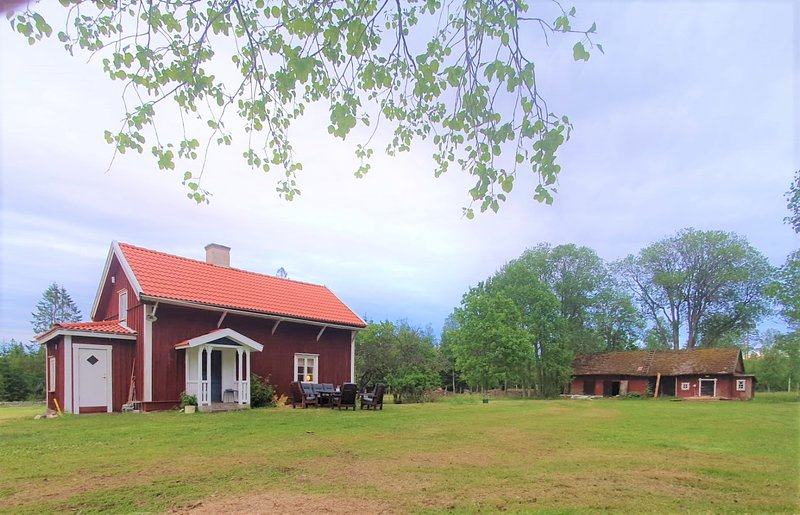 Summer Cottage Stenholmen, private garden, boat, located in Småland Sweden, vacation rental in Mickelstorp