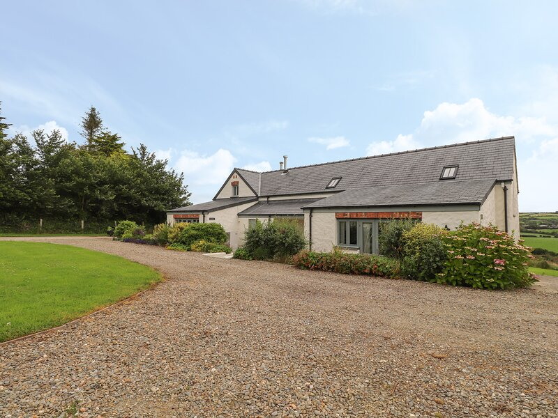 WEST BARN, 2 bedroom, Pembrokeshire, holiday rental in Letterston