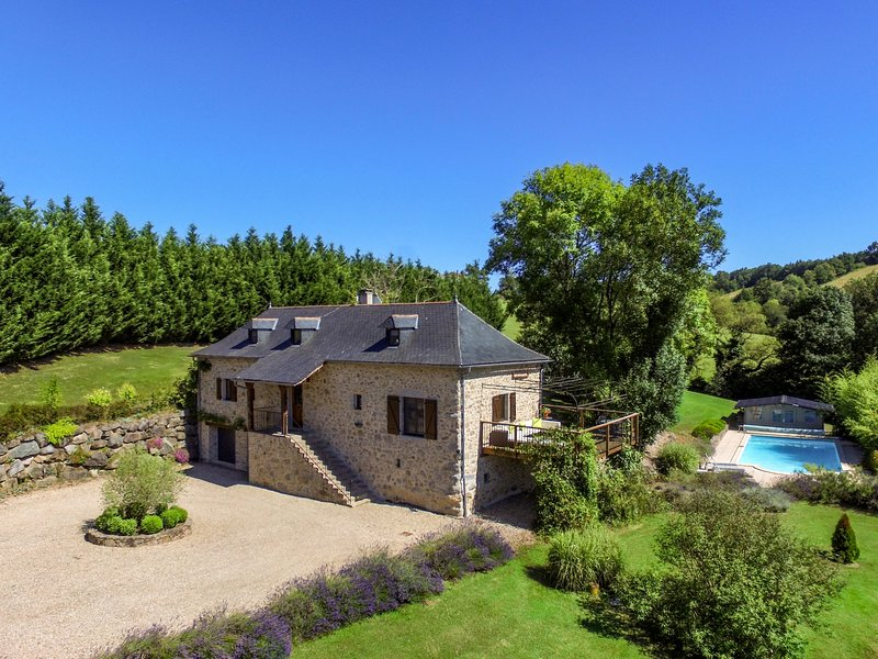 La Sérénité Farmhouse - Secluded 4 bedroomed Holiday Home with Heated Pool, vacation rental in La Fouillade
