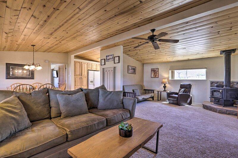 NEW! Rustic Bullhead City Retreat w/ Porch & Views, casa vacanza a Chloride