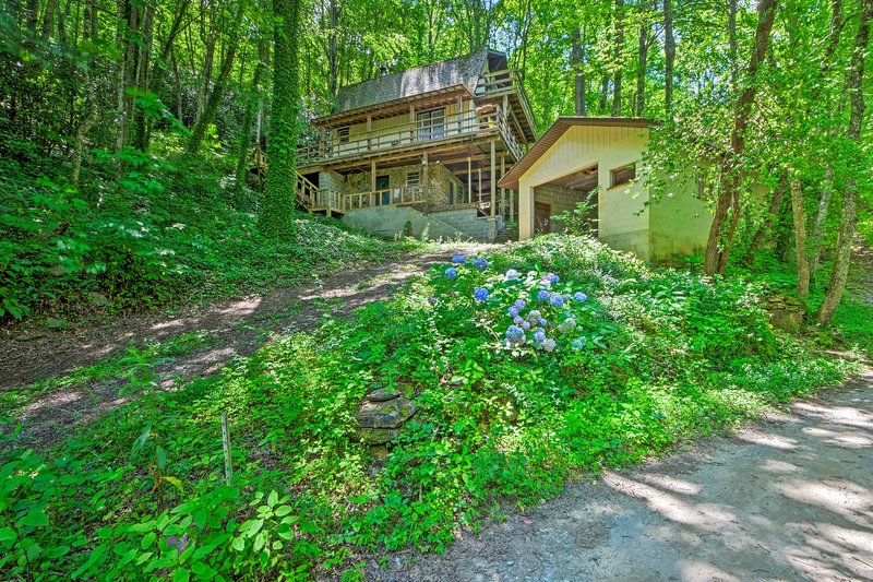 NEW! Mountain Cabin w/ Lake View, Garage Parking!, casa vacanza a Topton