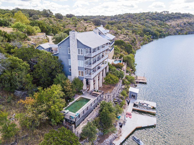 Luxury Lake Marble Falls House with Swimming Pool Hot Tub and Private Boat Slip, location de vacances à Marble Falls
