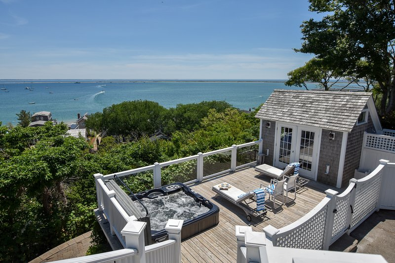 #128: Stunning and expansive water views, Hot Tub, Dog Friendly!, location de vacances à Provincetown