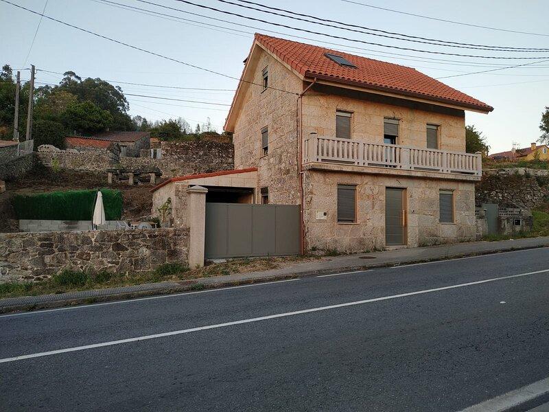 Casa a dos minutos de Ponte Caldelas y 10 de Pontevedra, reformada y con terreno, aluguéis de temporada em Soutomaior