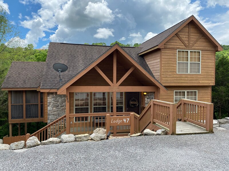 Best Cabin in StoneBridge! Come stay at our Rustic Cabin w/ Private BBQ Area, holiday rental in Branson