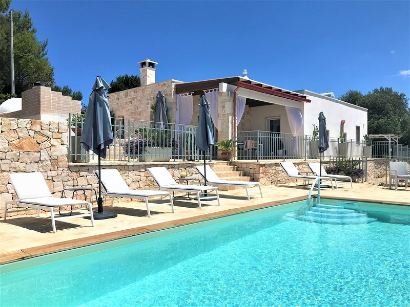 Stylish rustic-chic boutique trullo/villa residence with private pool, location de vacances à Laureto