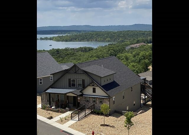 Lakefront Haven - Gorgeous escape for 20 at breathtaking Chateau Cove Resort!, holiday rental in Branson