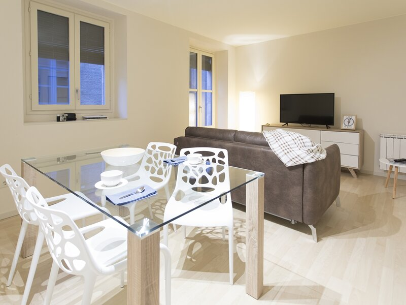 Amazing Apartment in the Heart of the Old Center (3A), holiday rental in Quart