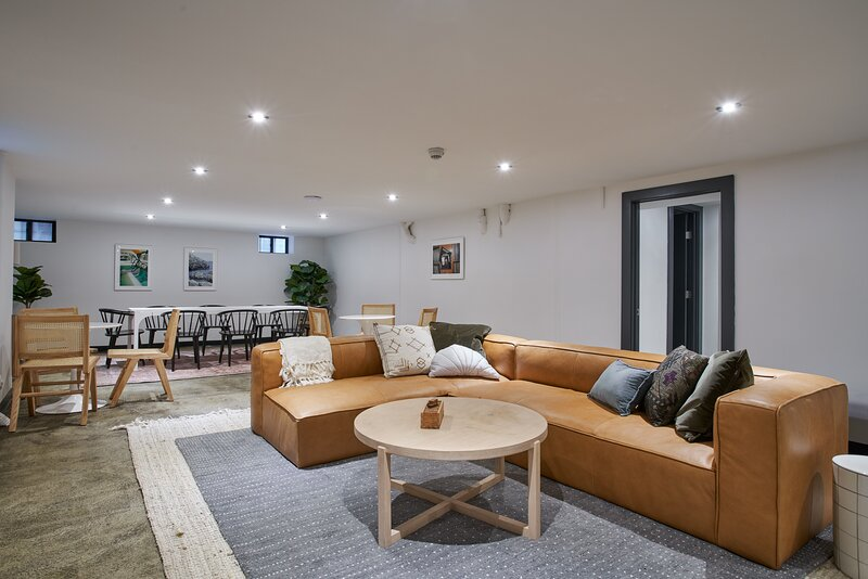 Lively 8BR APT near G train, holiday rental in West Stockholm