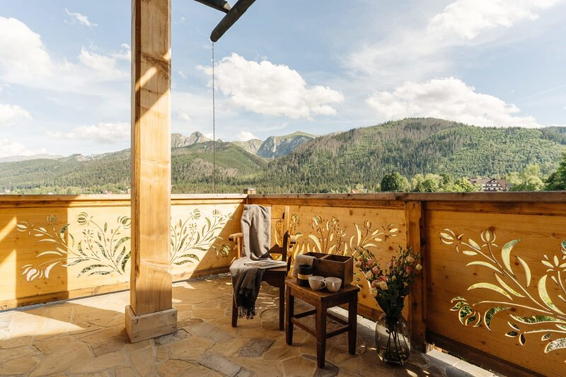 A climatic and spacious apartment with a garden and an amazing view., holiday rental in Koscielisko