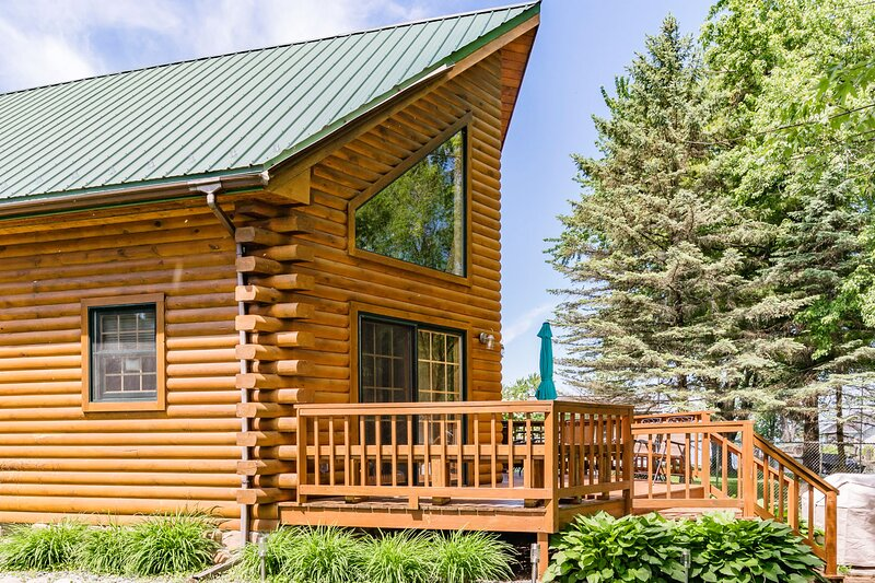 Luxurious Waterfront Log Cabin, EVERGREEN LODGE, casa vacanza a Poy Sippi