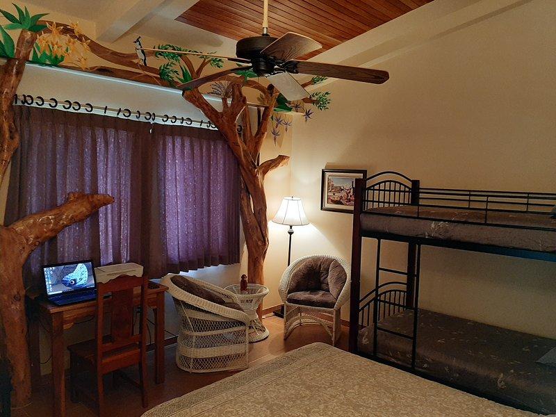 Magpie Jay Room / Sleeps 4 / Free Breakfast, alquiler de vacaciones en Nuevo Arenal