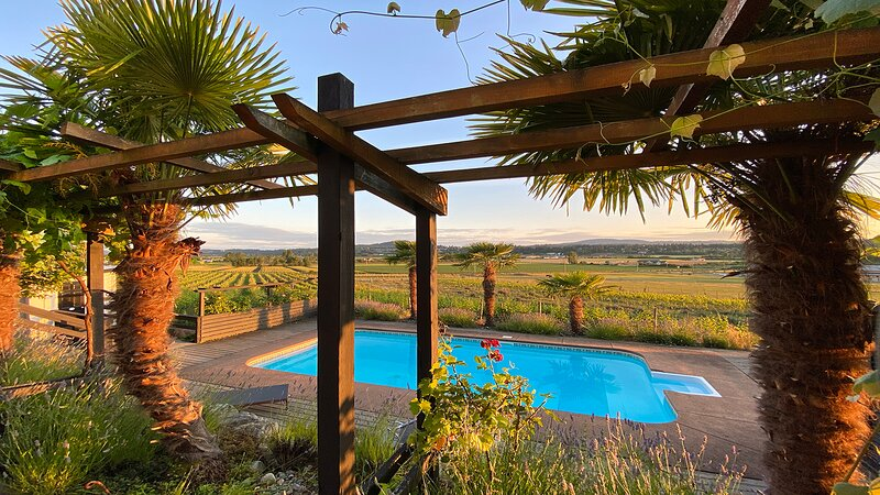 Oasis Vineyard Escape, holiday rental in Central Saanich