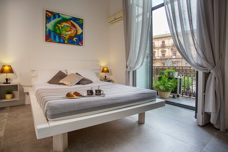 Double room B&B Palazzo Bruca Catania historical center, holiday rental in Catania