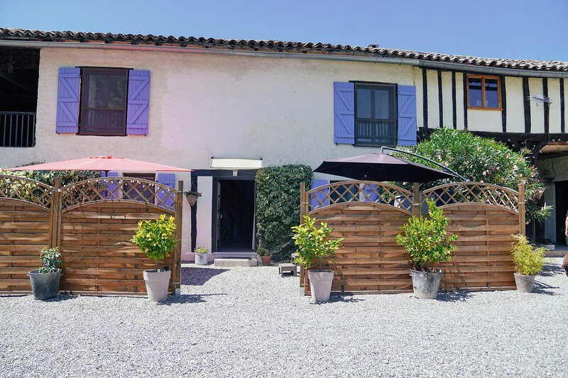 Gite and Chambre D'hotes with pool and Jacuzzi with beautiful views, location de vacances à Puydarrieux