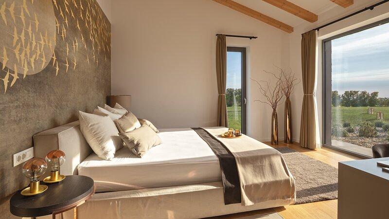 Brand new Villa with mesmerizing views, alquiler de vacaciones en Brtonigla