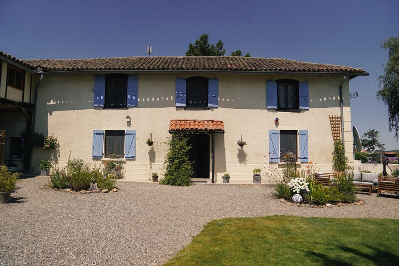 Michouat Chambre D'Hotes Lavande room, holiday rental in Chelle Debat