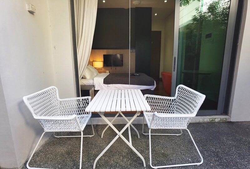 Garden room with private bathroom / shared pool, holiday rental in Pasir Gudang