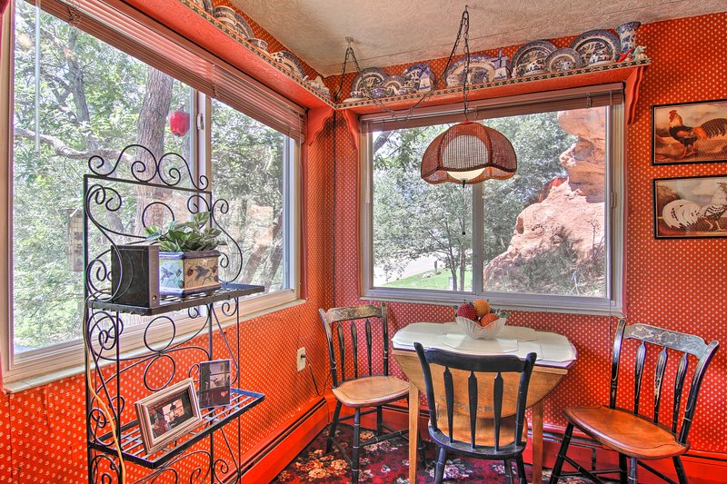Colorful Bungalow By Pikes Peak/Garden of the Gods, location de vacances à Manitou Springs