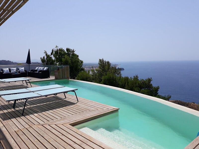 piscina a sfioro, vista mare