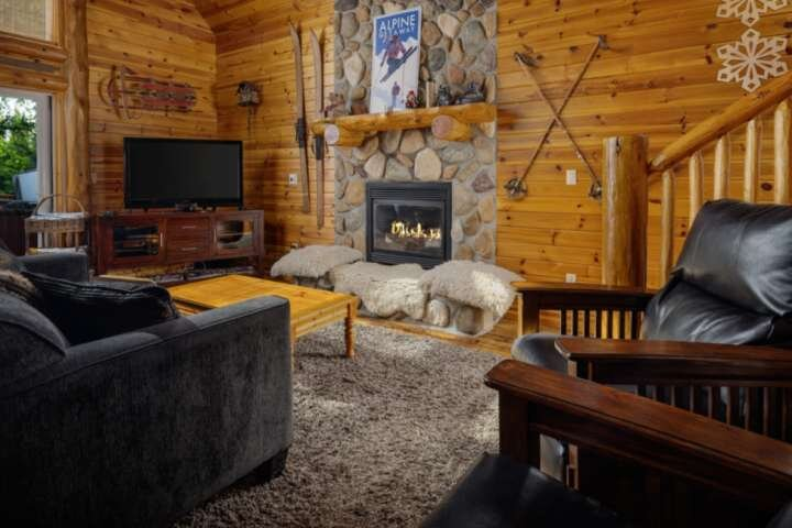 Mt. Hood Cabin, BBQ, Deck, Hot Tub, Walk to Restaurants and Shops, Close to Timb, holiday rental in Government Camp
