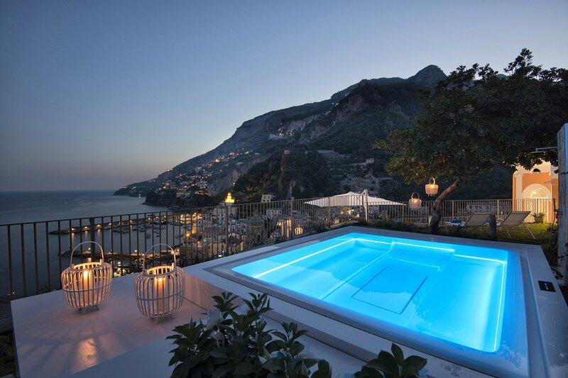 Palazzo Casanova with Sea View, Jacuzzi, Terraces, Breakfast and Air Conditionin, alquiler de vacaciones en Amalfi