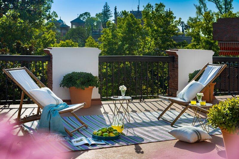 VILLA ALFONSO, LUXURY VILLA IN FRONT OF PLAZA DE ESPAÑA, holiday rental in Los Palacios y Villafranca