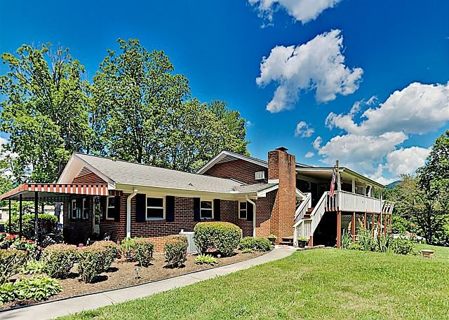 Charming Oasis w/ Alfresco Dining, 3 Smart TVs, Gas Grill & Gym, holiday rental in Swannanoa