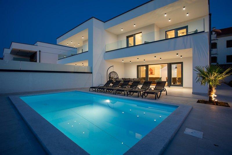 Villa Diva by the Sea with Swimming Pool, aluguéis de temporada em Klimno
