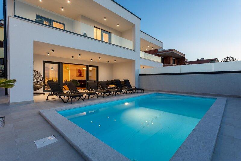 Villa Manhattan only 70 from the sea, aluguéis de temporada em Klimno