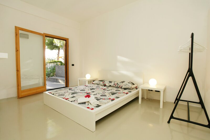 Apartment By The Sea, Max 6 People, holiday rental in Torre Colonna-Sperone