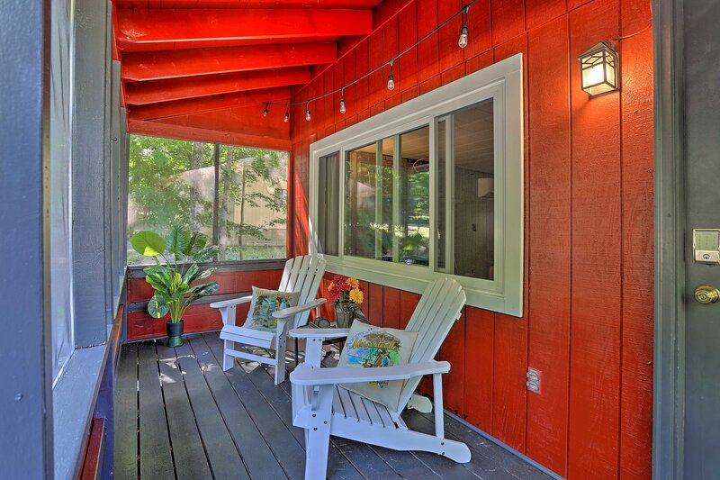 Quaint Home w/Fireplace + Arrowhead Lake Amenities, holiday rental in Bear Creek