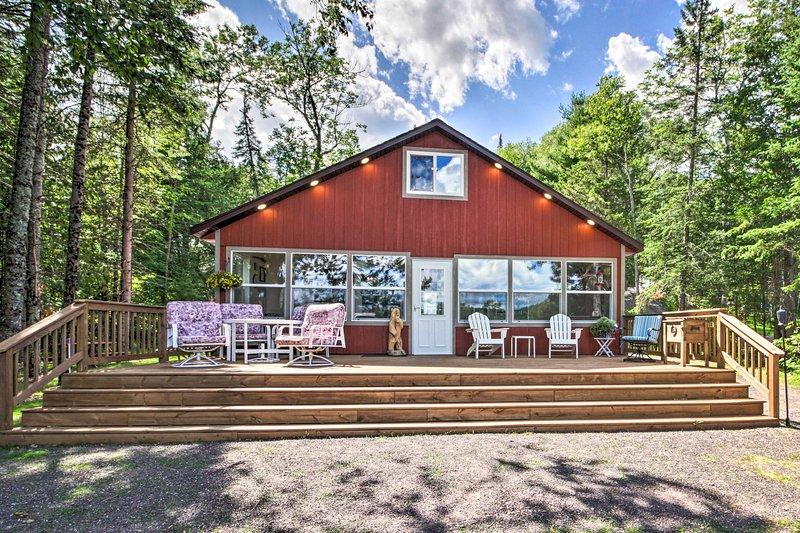 Alluring Lakehouse w/ Boat Dock & Deck w/ Views!, alquiler de vacaciones en Barnes