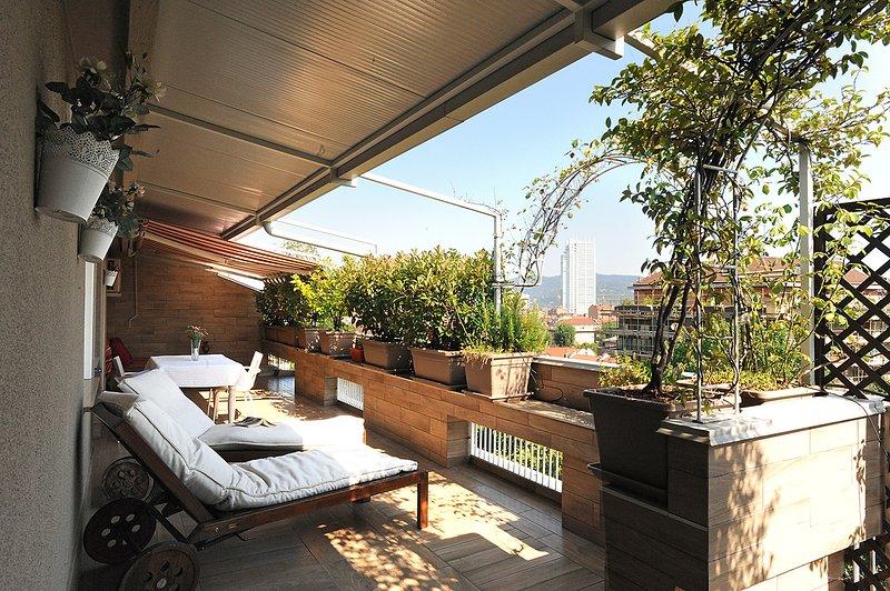 Una terrazza fiorita con vista panoramica, holiday rental in Balangero