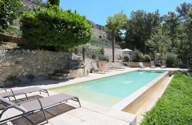 Renovated Farmhouse in Provence with Breathtaking Views, Heated Pool, Sleeps 20, holiday rental in Castellet