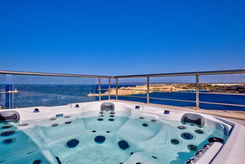Sky Wow Views Valletta Duplex Penthouse, vacation rental in Valletta