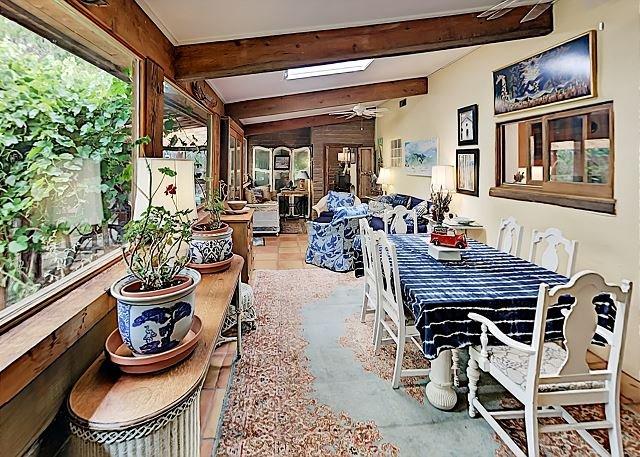 Whimsical Retreat w/ Sunroom, Large Yard, BBQ, Patio & Huge Master Suite, location de vacances à Taos