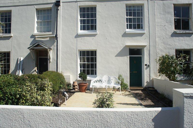 Grade 2 listed Town House sleeps 2-8 with parking & private rear garden, location de vacances à Shaldon