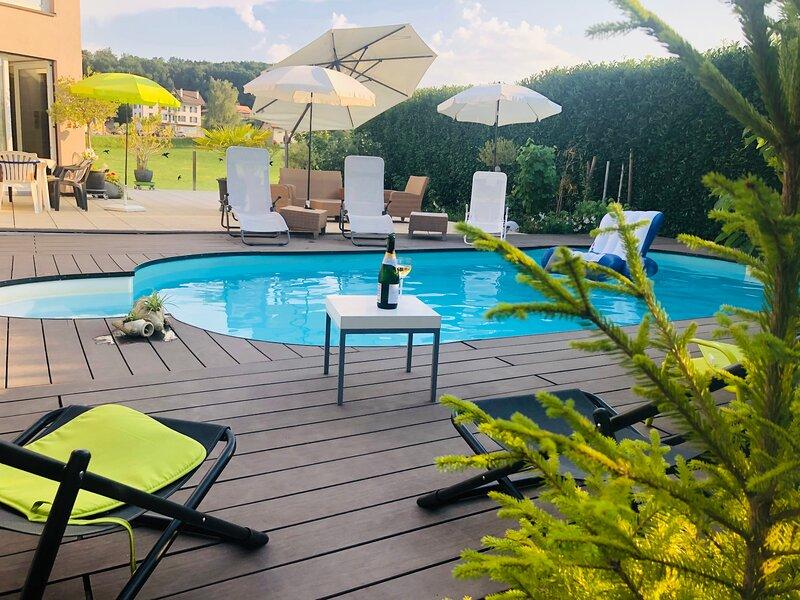 Villa 25 min. Montreux et Vevey avec la piscine, aluguéis de temporada em Rue