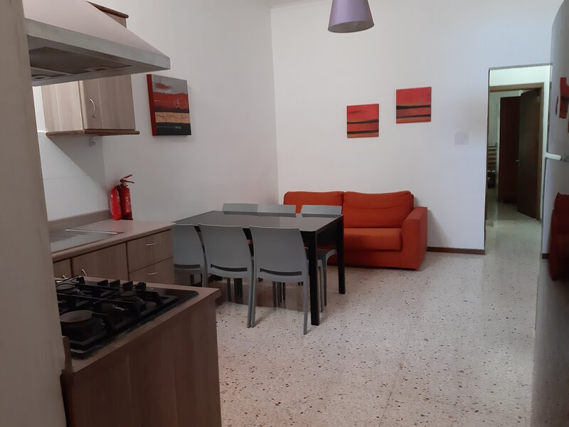 Central St Julian's, 2 bedroom & Enjoying a Large Terrace, Ferienwohnung in San Ġiljan