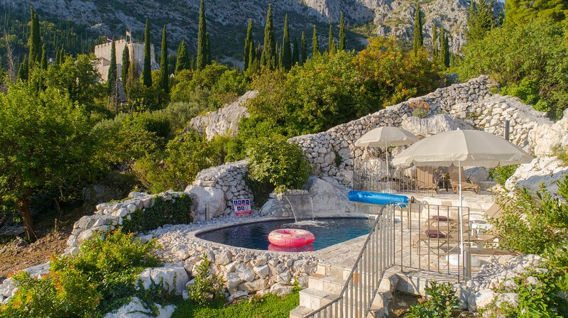 Villa Royal House - Four Bedroom Villa with Terrace and heated Swimming Pool, location de vacances à Dubravka