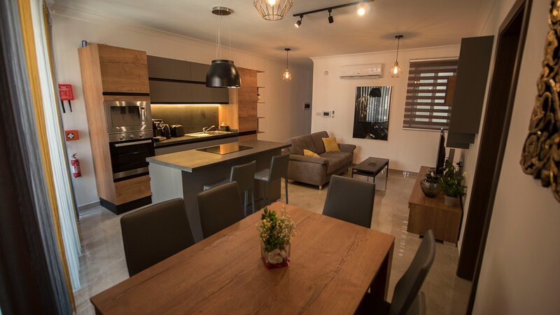 Central & modern 3 bedroom apartment/flat in Malta, holiday rental in Birkirkara